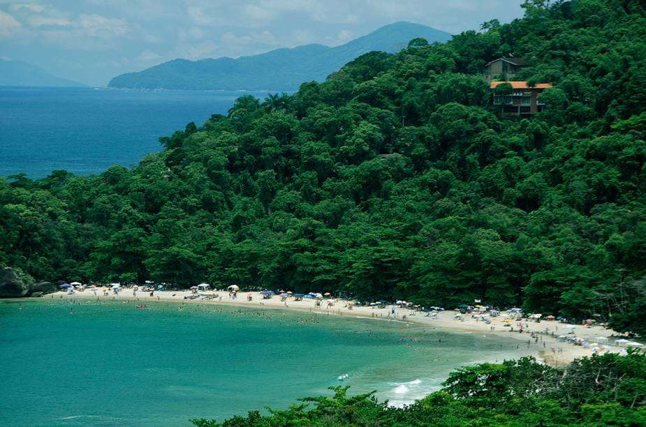 "Dentre as 102 praias da costa, sempre tem alguma que surpreende, seja pelo verde do mar ou a exuberância da Mata Atlântica. O destino atrai surfistas, famílias e quem busca sossego.<a href=""https://www.booking.com/searchresults.pt-br.html?aid=332455&lang=pt-br&sid=eedbe6de09e709d664615ac6f1b39a5d&sb=1&src=searchresults&src_elem=sb&error_url=https%3A%2F%2Fwww.booking.com%2Fsearchresults.pt-br.html%3Faid%3D332455%3Bsid%3Deedbe6de09e709d664615ac6f1b39a5d%3Bcity%3D-673959%3Bclass_interval%3D1%3Bdest_id%3D-675791%3Bdest_type%3Dcity%3Bdtdisc%3D0%3Bfrom_sf%3D1%3Bgroup_adults%3D2%3Bgroup_children%3D0%3Binac%3D0%3Bindex_postcard%3D0%3Blabel_click%3Dundef%3Bno_rooms%3D1%3Boffset%3D0%3Bpostcard%3D0%3Braw_dest_type%3Dcity%3Broom1%3DA%252CA%3Bsb_price_type%3Dtotal%3Bsearch_selected%3D1%3Bsrc%3Dsearchresults%3Bsrc_elem%3Dsb%3Bss%3DTeres%25C3%25B3polis%252C%2520%25E2%2580%258BRio%2520de%2520Janeiro%252C%2520%25E2%2580%258BBrasil%3Bss_all%3D0%3Bss_raw%3DTeres%25C3%25B3polis%3Bssb%3Dempty%3Bsshis%3D0%3Bssne_untouched%3DSocorro%26%3B&ss=Ubatuba%2C+%E2%80%8BS%C3%A3o+Paulo%2C+%E2%80%8BBrasil&ssne=Teres%C3%B3polis&ssne_untouched=Teres%C3%B3polis&city=-675791&checkin_monthday=&checkin_month=&checkin_year=&checkout_monthday=&checkout_month=&checkout_year=&no_rooms=1&group_adults=2&group_children=0&highlighted_hotels=&from_sf=1&ss_raw=Ubatuba+&ac_position=0&ac_langcode=xb&dest_id=-677399&dest_type=city&search_pageview_id=88c1734a13a501de&search_selected=true&search_pageview_id=88c1734a13a501de&ac_suggestion_list_length=5&ac_suggestion_theme_list_length=0"" target=""_blank"" rel=""noopener""><em>Busque hospedagens em Ubatuba</em></a>"