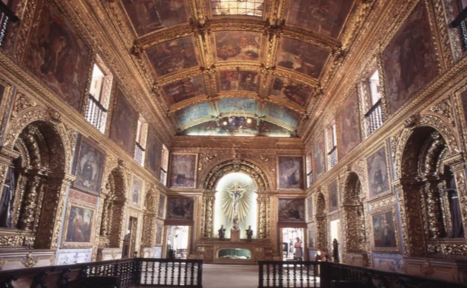 """<strong>4. <a href=""""http://viajeaqui.abril.com.br/estabelecimentos/br-pe-recife-atracao-basilica-e-convento-n-s-do-carmo"""" rel=""""BASÍLICA E CONVENTO NOSSA SENHORA DO CARMO"""" target=""""_blank"""">BASÍLICA E CONVENTO NOSSA SENHORA DO CARMO</a></strong> (300 metros)        Esta igreja é a queridinha dos recifenses. Repare na imagem da santa em tamanho natural, com uma coroa de raios dourados no topo do altar.<em>Praça do Carmo, s/nº</em>"""