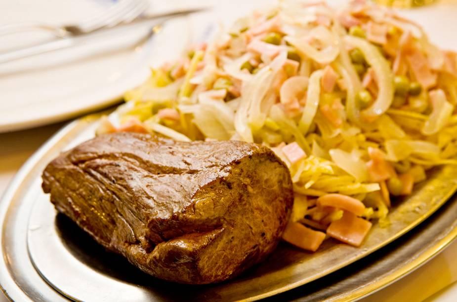 Filé à francesa, guarnecido de batata palha, ervilha, cebola e presunto, do restaurante Lamas, no Flamengo.