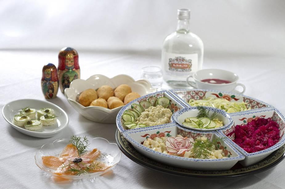Prato russo acompanhado de vodca, servido no restaurante Dona Irene