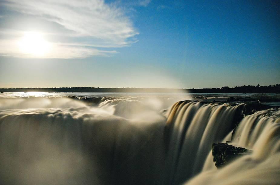 """O cenário impressionante formado pelas <strong>Cataratas do Iguaçu</strong>(PR) encanta qualquer turista. Aliás, os visitantes parecem unânimes ao relatar o impacto da beleza formada pelas diversas quedas dágua que marcam o local. A estrutura do <a href=""""http://viajeaqui.abril.com.br/estabelecimentos/br-pr-foz-do-iguacu-atracao-parque-nacional-do-iguacu-brasil"""" rel=""""Parque Nacional do Iguaçu"""" target=""""_self"""">Parque Nacional do Iguaçu</a>, vale ressaltar, é impecável"""