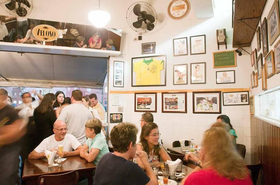 """<a href=""""http://viajeaqui.abril.com.br/estabelecimentos/br-sp-sao-paulo-restaurante-veloso"""" rel=""""Veloso, São Paulo: """" target=""""_blank""""><strong>Veloso, São Paulo: </strong></a>    Apesar de pequeno, está sempre lotado. As coxinhas e caipirinhas mais famosas da Vila Mariana estão lá."""