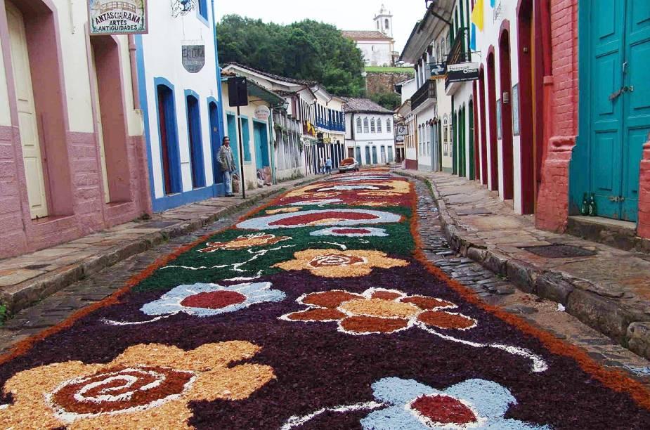 Rua coberta com o tradicional tapete de serragem, confeccionado para a Procissão da Ressurreição que ocorre na Semana Santa