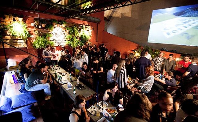 """<a href=""""http://viajeaqui.abril.com.br/estabelecimentos/br-mg-belo-horizonte-restaurante-meetme-at-the-yard"""" rel=""""MeetMe at the Yard – Belo Horizonte: """" target=""""_blank""""><strong>MeetMe at the Yard – Belo Horizonte: </strong></a>                É um """"bar balada"""". Além das porções e drinks, há também pista de dança e telão com projeções."""