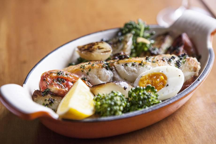 """Peixe do dia com brócolis, batata e ovo, do restaurante <a href=""""http://viajeaqui.abril.com.br/estabelecimentos/br-sp-sao-paulo-restaurante-arturito"""" rel=""""Arturito"""" target=""""_blank"""">Arturito</a>, comandado pela chef Paola Carosella, em <a href=""""http://viajeaqui.abril.com.br/cidades/br-sp-sao-paulo/"""" rel=""""São Paulo (SP)"""" target=""""_blank"""">São Paulo (SP)</a>"""