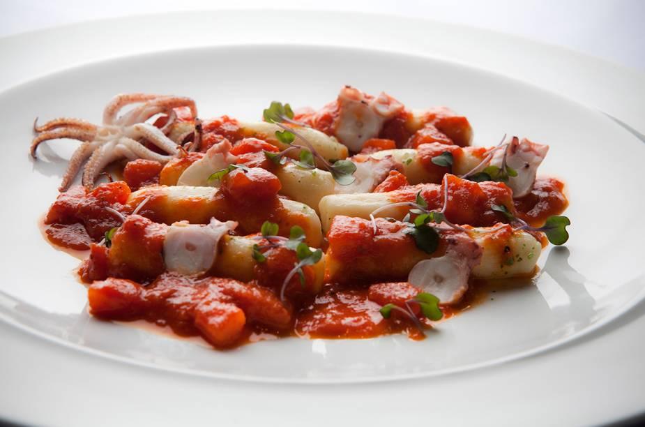 """<a href=""""http://viajeaqui.abril.com.br/estabelecimentos/br-sp-sao-paulo-restaurante-pomodori"""" rel=""""Pomodori - São Paulo """" target=""""_blank""""><strong>Pomodori - São Paulo </strong></a>O cardápio da chef Tássia Magalhães aposta na variedade. Há desde ravióli de ovo caipira até foie gras grelhado. Na foto: Gnoque de batata recheado de frutos do mar ao molho de tomate, coberto por polvo e cabeça de lula, do restaurante Pomodori"""