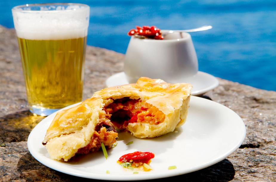 """<a href=""""http://viajeaqui.abril.com.br/estabelecimentos/br-rj-rio-de-janeiro-restaurante-bar-urca"""" rel=""""Bar Urca"""" target=""""_blank""""><strong>Bar Urca</strong></a>                    Para fugir do tradicional pastel, a empada de camarão é uma opção que acompanha muito bem a cerveja no Bar Urca."""