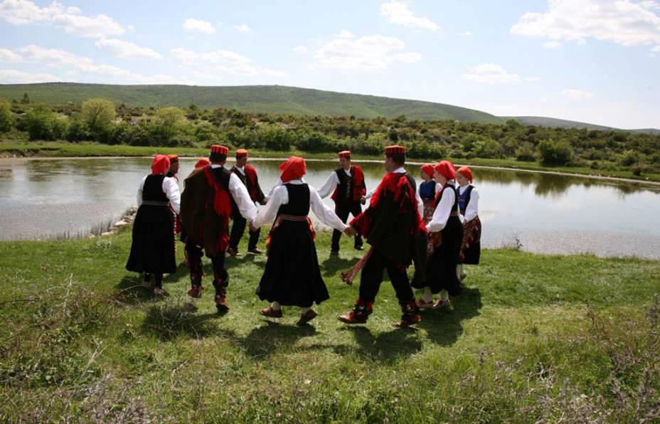 O <strong>Nijemo Kolo</strong> é uma dança que não é acompanhada por música, bastante comum na região de Dalmácia, na <strong>Croácia</strong>. Os homens conduzem as mulheres, que realizam passos espontâneos, sem seguir nenhuma regra pré-estabelecida. A dança é realizada em festas civis e religiosa