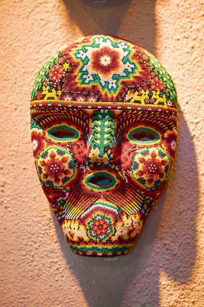 Máscara cravejada de miçangas feita por índios da tribo Huichol, em Nayarit