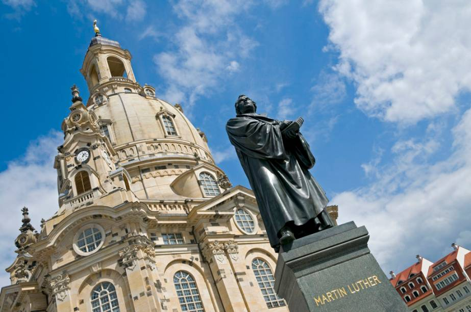 A Igreja Frauenkirche foi destruída na Segunda Guerra Mundial, e sua reconstrução só foi finalizada em 2005. Uma estátua em bronze de Martinho Lutero saiu ilesa dos bombardeios e enfeita a praça em frente à igreja