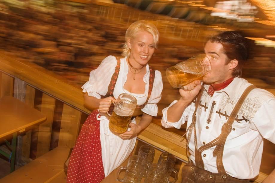 Munique é palco para a Oktoberfest há 200 anos, mas, apesar do nome, a festa é realizada do meio de setembro ao começo de outubro, quando a temperatura é mais amena