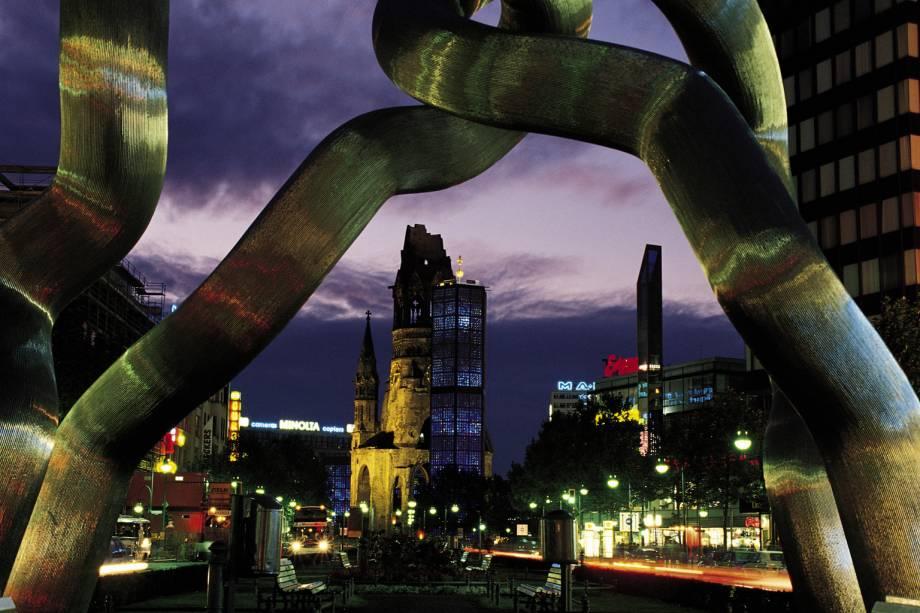 Kurfurstendamm, a grande avenida do comércio e da moda de Berlim, e a escultura que simboliza a Alemanha unificada