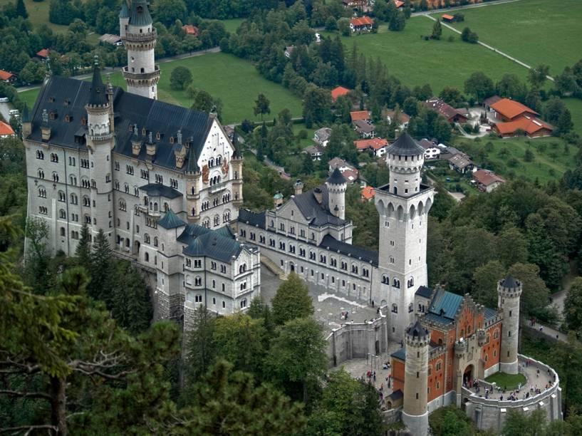 Construído no século 19, o Castelo Neuschwanstein, na Bavária, serviu de inspiração para Walt Disney idealizar o Castelo da Cinderela