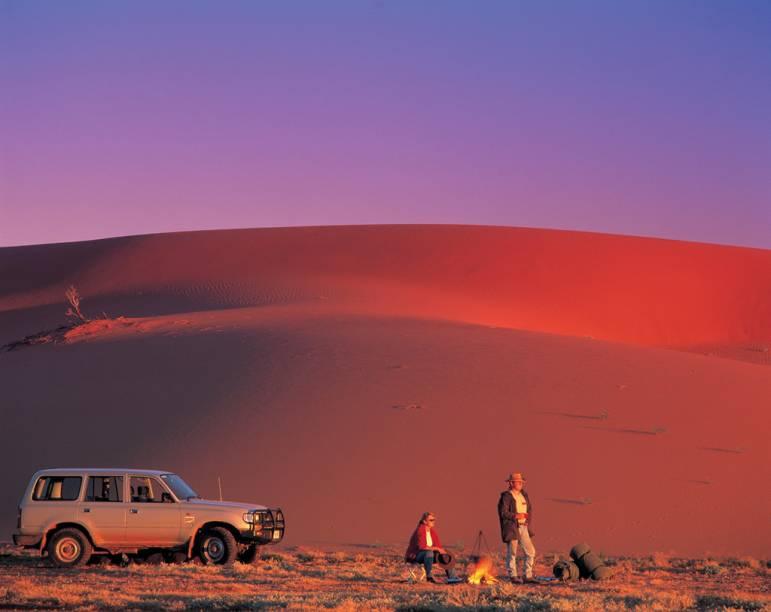 """<strong>9. <a href=""""http://viajeaqui.abril.com.br/cidades/australia-outback"""" rel=""""Outback, Austrália"""" target=""""_blank"""">Outback, Austrália</a></strong>                                    Quem quiser fixar a Austrália na memória até o resto da vida precisa conhecer o Outback - o gigantesco platô árido, de terra avermelhada, serviu de inspiração para o cenário das primeiras produções de """"Mad Max"""", com o inesquecível Mel Gibson, lá pelos idos de 1980"""