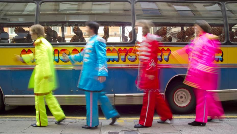 Numa réplica do mítico ônibus amarelo dos Beatles, esse tour passa por locais obrigatórios para os fãs dos Fab Four: Rua Penny Lane, Strawberry Field (um orfanato do Exército da Salvação), Cavern Club (não é o original) e as casas onde os artistas viveram