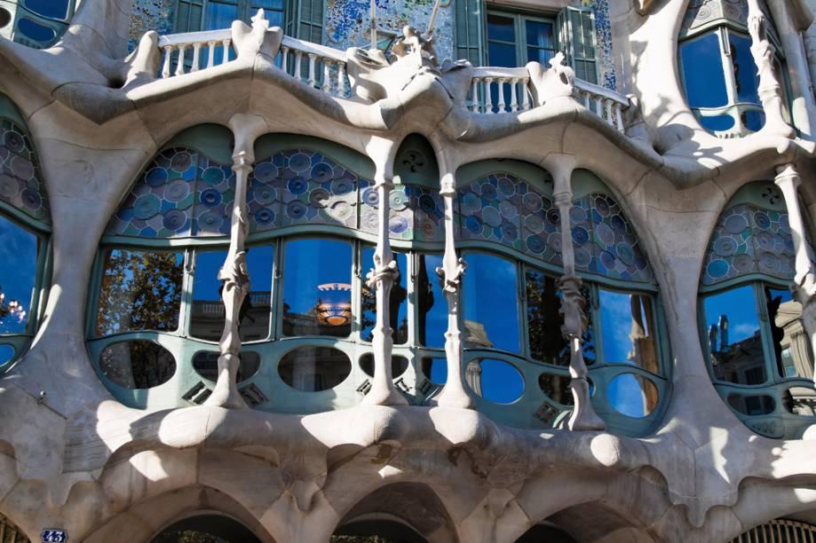Com azulejos policromáticos e ferros retorcidos, a Casa Batlló é considerada por muitos a obra-prima de Gaudí