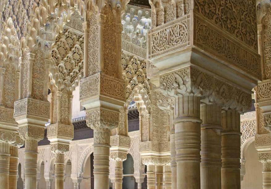 O Pátio dos Leões é um dos pontos célebres do Alhambra, complexo de palácios que foi o centro do poder muçulmano durante séculos