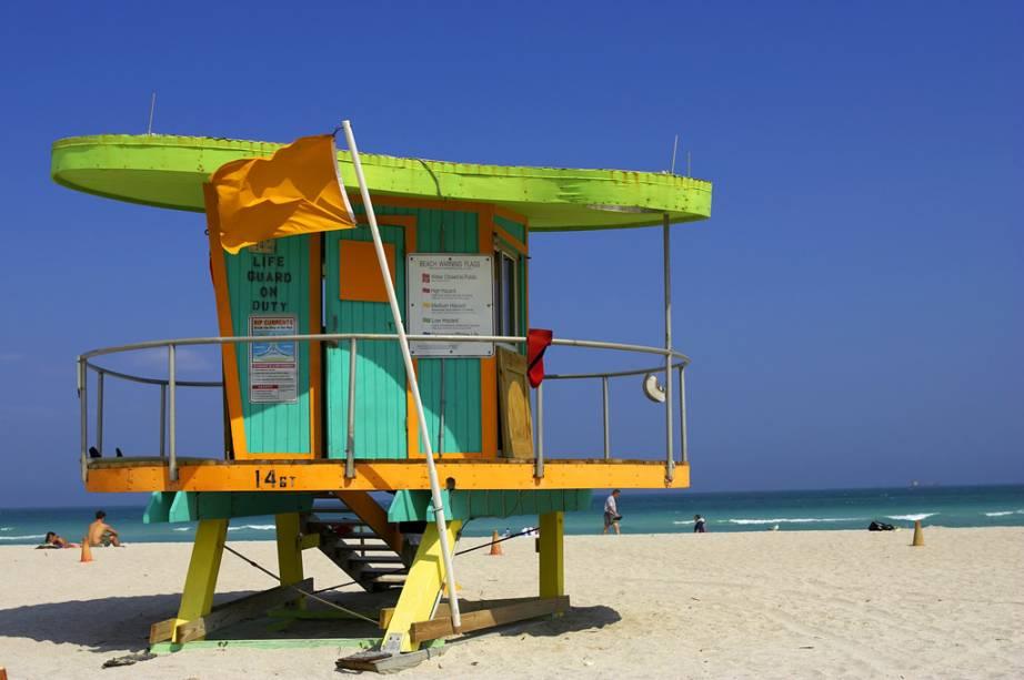 Posto salva-vidas colore a praia de Miami Beach, que destaca-se entre os turistas graças à sua areia branca, ao mar de águas cristalinas e à badalação