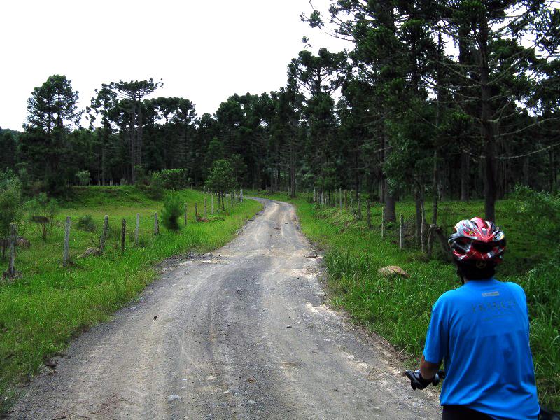 """Os 350 km de estradas de terra tranquilas formam o primeiro roteiro brasileiro planejado para o cicloturismo. O circuito passa por pequenos vilarejos construídos por imigrantes europeus no final do século 19 e pode ser percorrido com calma em 7 dias de viagem. O <a href=""""http://circuitovaleeuropeu.com.br/"""" target=""""_blank"""">site oficial do circuito</a> tem excelentes informações sobre a região, preparos, roteiros e outras dicas úteis sobre o Vale Europeu"""