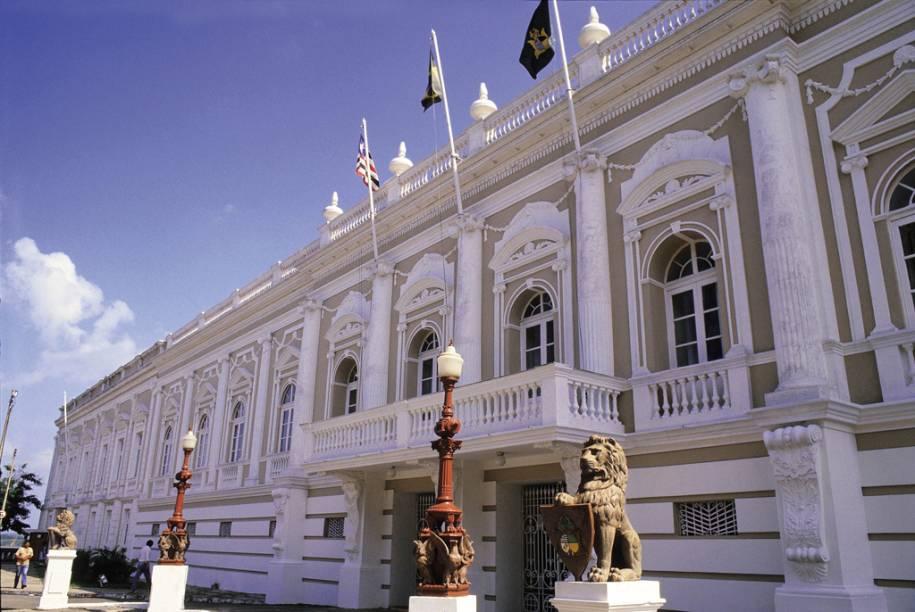 O Palácio dos Leões, sede do governo, tem salas com tapetes e lustres da França, mobília e quadros dos séculos 18 e 19