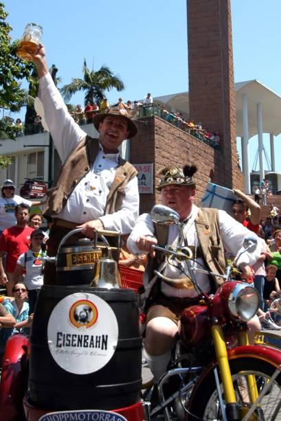 """Durante os desfiles oficiais da<a href=""""http://viajeaqui.abril.com.br/estabelecimentos/br-sc-blumenau-atracao-oktoberfest"""" rel=""""Oktoberfest"""" target=""""_blank"""">Oktoberfest</a>, grupos folclóricos, bandas e fanfarras desfilam com trajes típicos"""