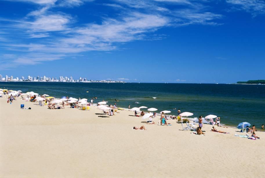 """<strong>CONRAD DE <a href=""""http://viajeaqui.abril.com.br/cidades/uruguai-punta-del-este"""" rel=""""PUNTA"""" target=""""_blank"""">PUNTA</a></strong>Areia e glitter se misturam no verão de Punta del Este (foto), estação em que o balneário ganha uma vibe meio <a href=""""http://viajeaqui.abril.com.br/cidades/estados-unidos-miami"""" rel=""""Miami"""" target=""""_blank"""">Miami</a>, meio <a href=""""http://viajeaqui.abril.com.br/estabelecimentos/br-sc-florianopolis-atracao-praia-jurere"""" rel=""""Jurerê Internacional"""" target=""""_blank"""">Jurerê Internacional</a> e o frisson toma conta de restaurantes, baladas e cassinos. As três noites são no <a href=""""http://www.conrad.com.uy/hotel/"""" rel=""""Conrad Resort & Casino"""" target=""""_blank"""">Conrad Resort & Casino</a>, com meia-pensão e uma infra de lazer que vai muito além da jogatina, vide o spa de 1200 m², os quatro restaurantes e lounges, as piscinas e as duas quadras de tênis.<strong>Quando:</strong> em janeiro<strong>Quem leva:</strong> <a href=""""http://www.cvc.com.br/index.aspx"""" rel=""""CVC"""" target=""""_blank"""">CVC</a><strong>Quanto:</strong> US$ 1168"""