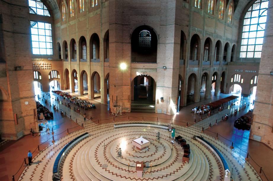 Altar central da Basílica Nova de Nossa Senhora Aparecida, a imensa construção em formato de cruz recebe mais de 9 milhões de fiéis por ano