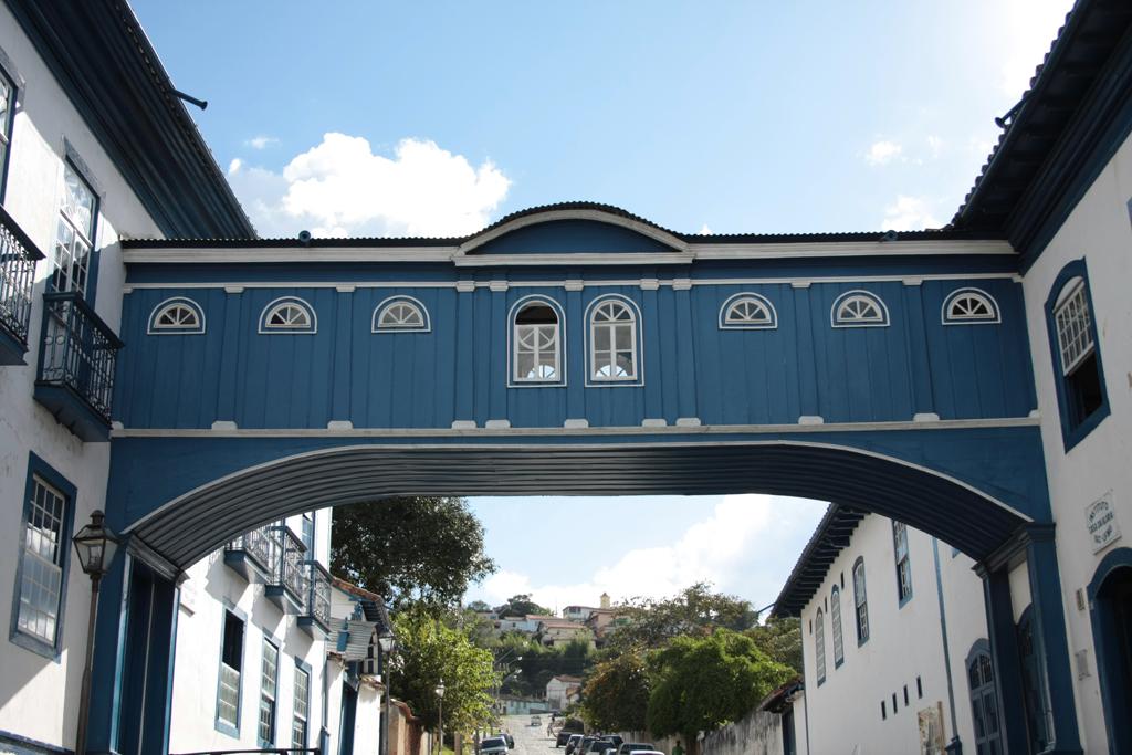 Suspenso sobre a rua, o Passadiço da Glória é uma pitoresca passagem que liga dois sobrados históricos
