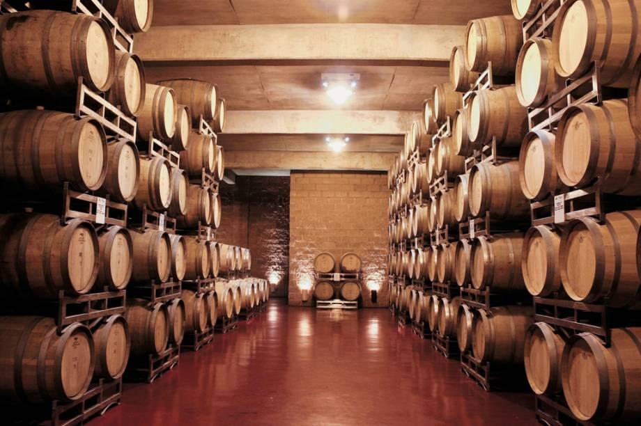 As vinícolas abrem suas portas para visitas guiadas. Além de conhecer as adegas, onde o vinho descansa por meses em enormes tonéis, dá para degustar os diferentes tipos da bebida