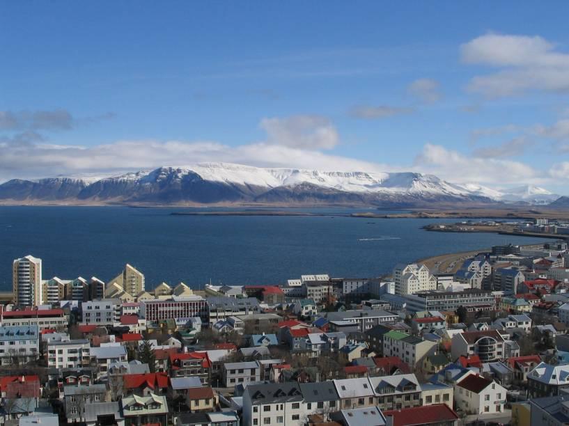 Vista da cidade de Reyjavik, na Islândia. Neste país que é uma ilha você irá encontrar cachoeiras caudalosas, vales profundos, penhascos, praias de areia escura e geleiras