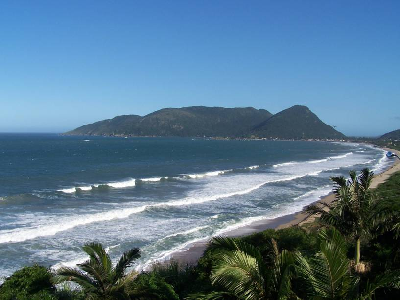 Em uma vila de pescadores, a Praia da Armação é movimentada no trecho central e fica tranquila à esquerda, território de surfistas