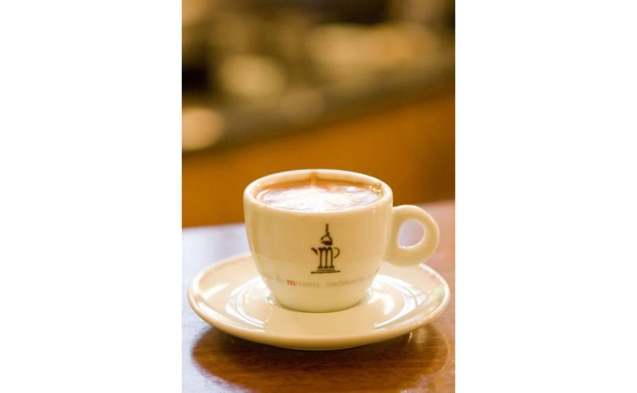 """<a href=""""http://viajeaqui.abril.com.br/estabelecimentos/br-sp-santos-atracao-museu-do-cafe"""" rel=""""Cafeteria do Museu do Café (Santos)""""><strong>Cafeteria do Museu do Café (Santos)</strong></a>            Aqui o café não é apenas matéria-prima para bebidas: a flor do fruto é aproveitada na produção de sabonete, cosméticos e perfumes. A torrefação acontece na própria loja, que vende aproximadamente 450 xícaras de espresso por diae trabalha com profissionais formados pelo <strong>CPC (Centro de Preparação de Café)</strong>. São eles os responsáveis pela criação de drinques como o Glamour, com licor de avelã Frangélico, creme de licor Baileys e cobertura de chantili, e bebidas tipo o café vienense, em que o espresso é acompanhadado de sorvete de creme, licor de chocolate, creme de leite e chantili. Na cafeteria também é possível comprar <strong>Jacu Bird</strong><strong>Coffee</strong> em grãos previamente torrados. <em>R. XV de Novembro, 95 (Centro), 13/3213-17501</em>"""