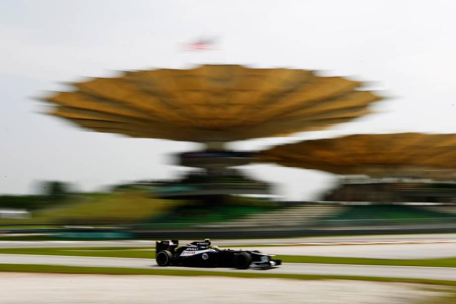 O brasileiro Bruno Senna, sobrinho do ídolo nacional, Ayrton Senna, pilota sua Williams durante o treino no Sepang International Circuit, em Kuala Lumpur, Malásia