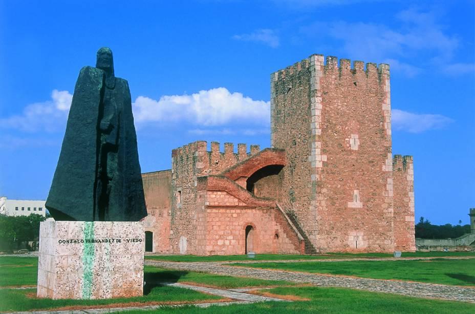 A Fortaleza Ozama foi erguida em 1502 para proteger a cidade dos ataques de piratas e conquistadores. O edifício de pedras conserva a aparência medieval, com túneis e calabouços