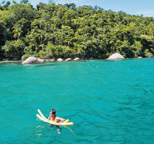 Flutuar no mar azul-piscina faz qualquer um se esquecer da vida