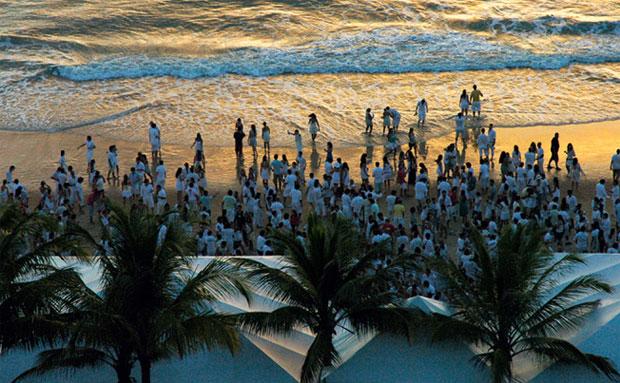 Idílio em dourado na Ponta das Canas, reduto de windsurfistas e velejadores de Ilhabela