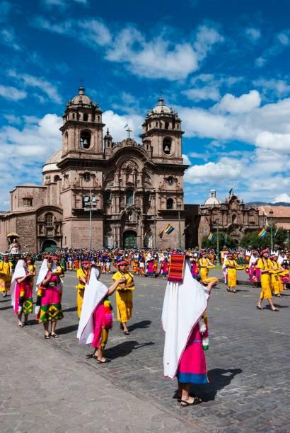 O festival inclui participantes em trajes típicos, percorrendo as ruas de Cusco em meio ao som de flautas e tambores típicos dos Andes