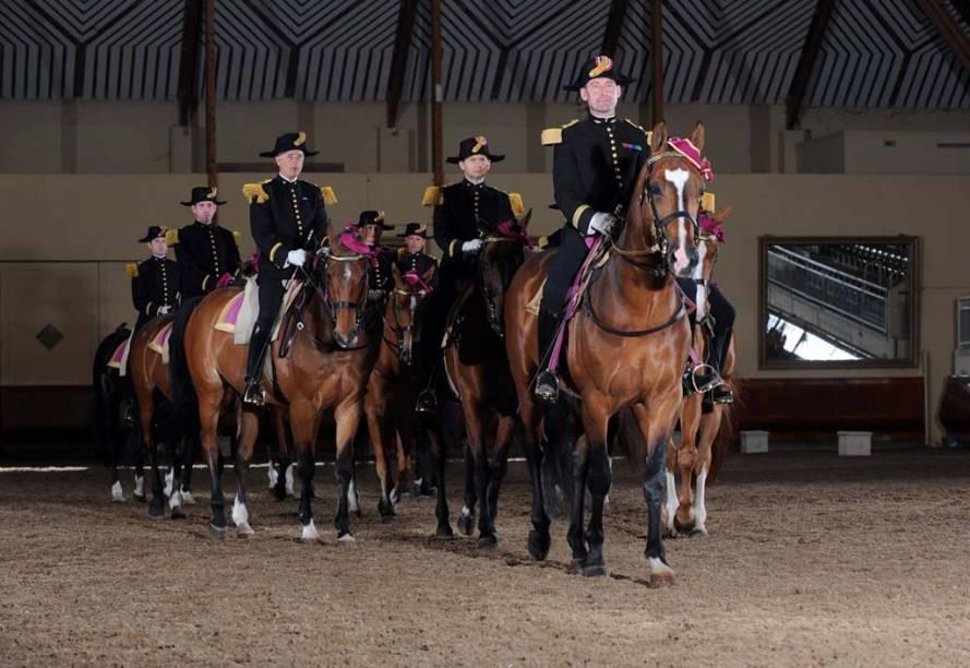 A <strong>equitação tradicional francesa</strong> destaca a relação harmoniosa entre o homem e o cavalo. A cidade de Saumur abriga a equipe de cavaleiros mais famosa, a Cadre Noir, e também a sede da Escola Nacional de Equitação
