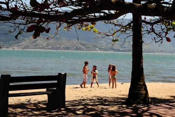Como não é própria para banho, melhor aproveitar a Praia do Perequê nos passeios de caiaque e bicicleta