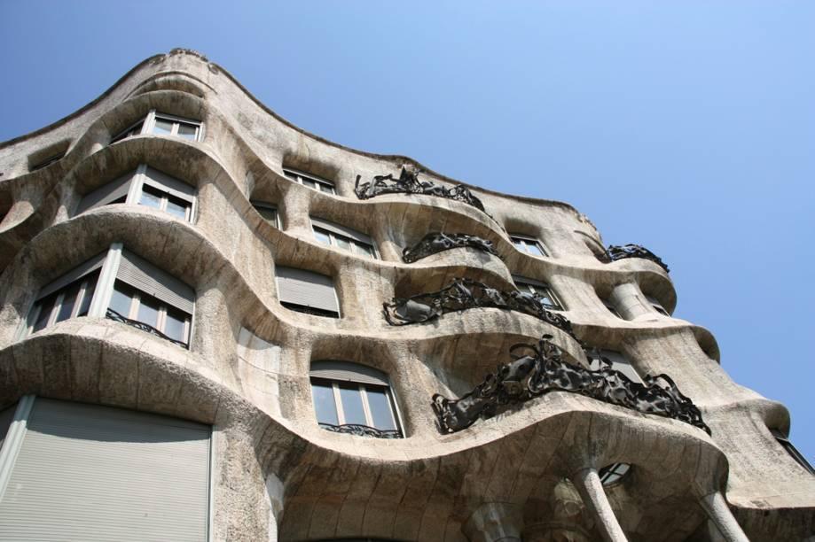 A Casa Milá, obra de Antoni Gaudí, é outra construção de Barcelona marcante por suas formas