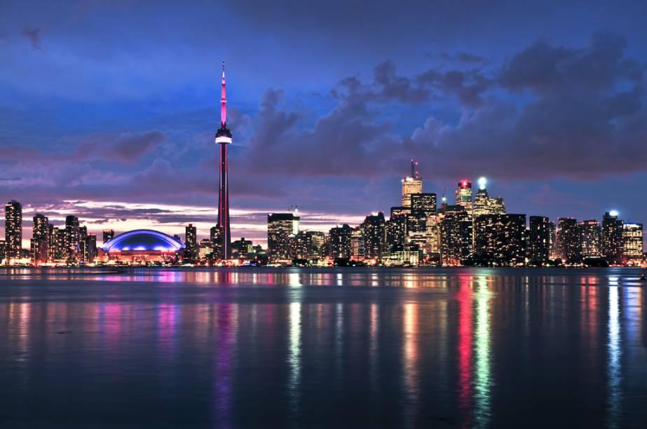 """<strong>Canadá de trem – 6 noites – US$ 1 177</strong><br />            <br />            Você percorre a costa leste do <a href=""""http://viajeaqui.abril.com.br/paises/canada"""" rel=""""Canadá"""">Canadá</a> a bordo de um trem, com duas noites de hospedagem no Comfort Downtown, em <a href=""""http://viajeaqui.abril.com.br/cidades/canada-toronto"""" rel=""""Toronto"""">Toronto</a>; uma no Quality Hotel, em Ottawa; uma no Château Laurier, em <a href=""""http://viajeaqui.abril.com.br/cidades/canada-quebec"""" rel=""""Quebec"""">Quebec</a>; e duas no Hotel Espresso, em <a href=""""http://viajeaqui.abril.com.br/cidades/canada-montreal"""" rel=""""Montreal"""">Montreal</a>, com traslados. Refeições e a passagem aérea são pagas à parte.<br />            <br />            <strong>Quando: </strong>saídas de 1 de maio a 31 de outubro<br />            <strong>Pagamento:</strong> 20% de entrada e saldo em 9 vezes sem juros no cheque ou cartão de crédito<br />            <strong>Quem leva:</strong> a <strong>Nascimento</strong> (0800 774 1110, <a href=""""http://www.nascimento.com.br"""" rel=""""www.nascimento.com.br"""" target=""""_blank"""">www.nascimento.com.br</a>)"""