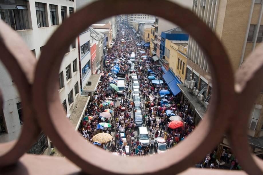 A façanha na Rua 25 de Março é disputar espaço com as 400 mil pessoas que passam diariamente em busca de produtos com os preços mais baixos da cidade