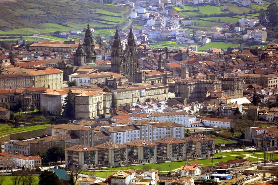 Segundo a tradição, o corpo do Apóstolo Tiago teria sido enterrado secretamente na cidade, o que colocou Santiago de Compostela no mapa de milhares de peregrinos
