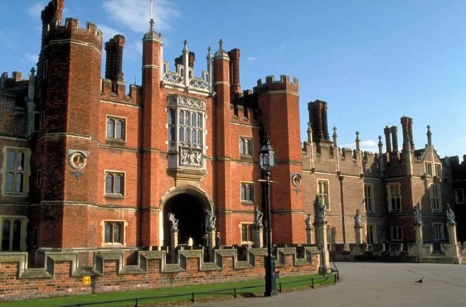 O Palácio Hampton Court, no subúrbio de Londres, possui atrativos como as enormes cozinhas, a capela real e os belos jardins