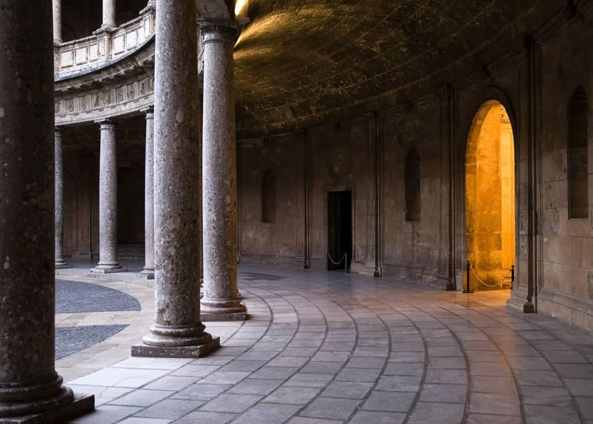 O palácio de Carlos V é a intervenção cristã mais visível e polêmica no Alhambra por ser um tanto deslocado do resto do conjunto