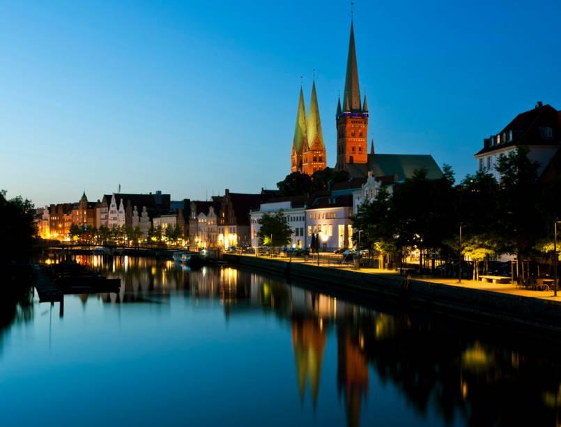 Patrimônio da Humanidade, Lübeck tem um centro histórico do período medieval com prédios de arquitetura gótica e tijolos vermelhos à mostra