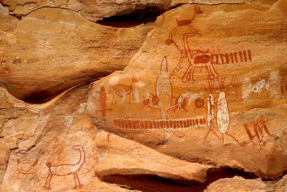 Espalhadas por paredões de rochas sedimentares de arenito, o Parque Nacional da Serra da Capivara tem mais de 30 mil pinturas rupestres