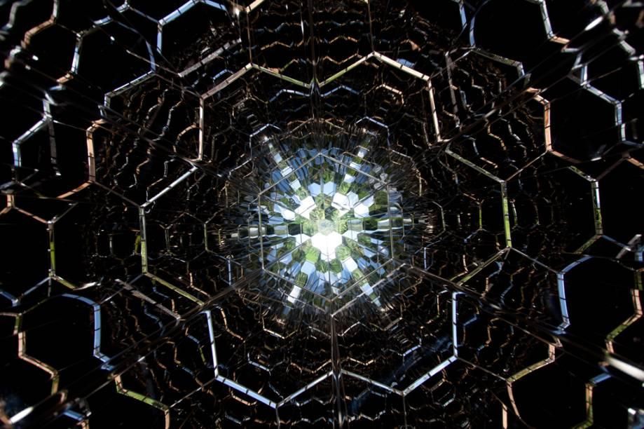 Imagem do caleidoscópio gigante, obra de Olafur Eliasson, instalado no jardim do Instituto Inhotim