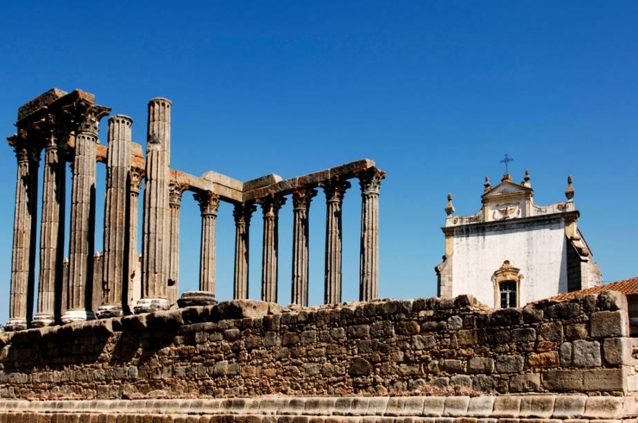 """Com ruínas pré-históricas e romanas, edifícios de influência moura e igreja de estilo gótico-manuelino, é possível ler a história da cidade em sua arquitetura. É a principal cidade do Alentejo, frequentemente comparada com <strong>Florença </strong>e <strong>Sevilha</strong>, mas sem perder sua identidade portuguesa com suas casas caiadas e azulejos pintados. O <a href=""""https://restaurantefialho.pt/"""" target=""""_blank"""" rel=""""noopener"""">restaurante Fialho</a>, próximo ao Centro Dramático de <strong>Évora</strong>, apresenta o melhor da comida alentejana com requinte"""