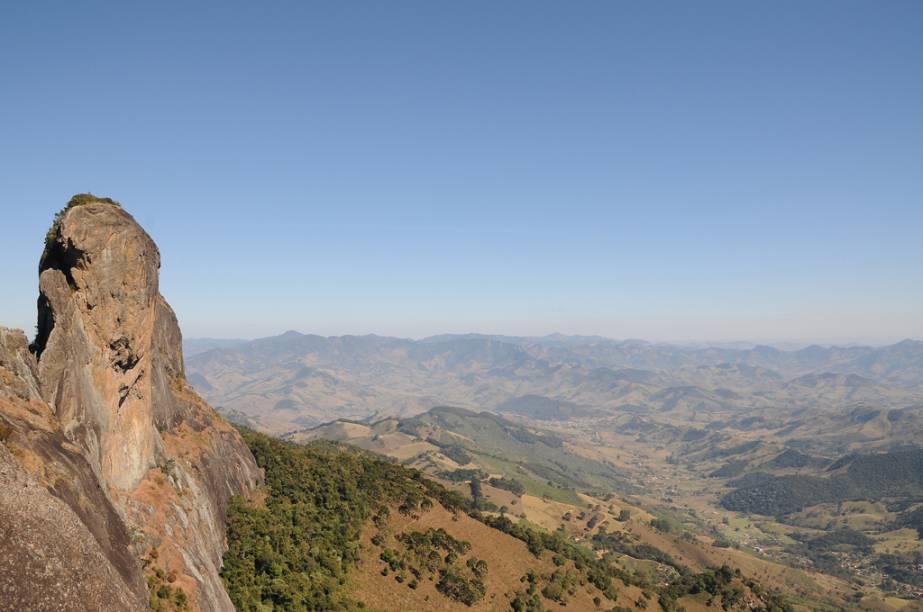 """<strong><a href=""""/cidades/br-sp-sao-bento-do-sapucai"""" target=""""_blank"""">São Bento do Sapucaí</a> (1 dia):</strong>a<a href=""""http://viagemeturismo.abril.com.br/atracao/pedra-do-bau/"""">Pedra do Baú</a> brilha como cartão-postal, a 1 950 m de altitude, atraindo amantes do trekking e das escaladas. As pousadinhas charmosas e os bons ateliês de artesãos locais também compensam a viagem."""